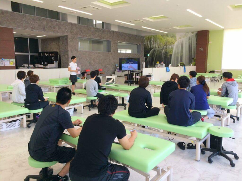 日本ストレッチング協会主催セミナーでベッドサイドのパートナーストレッチングを開催
