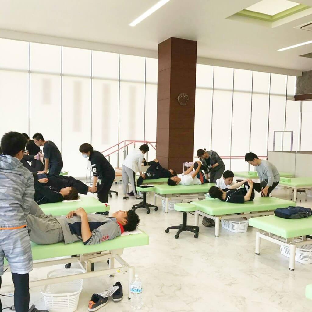 日本ストレッチング協会主催セミナーでベッドサイドのパートナーストレッチング